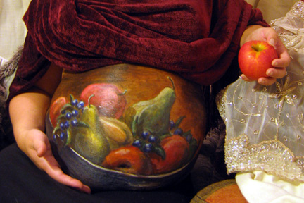 Pregnant-belly-painted-as-bowl-of-fruit-2