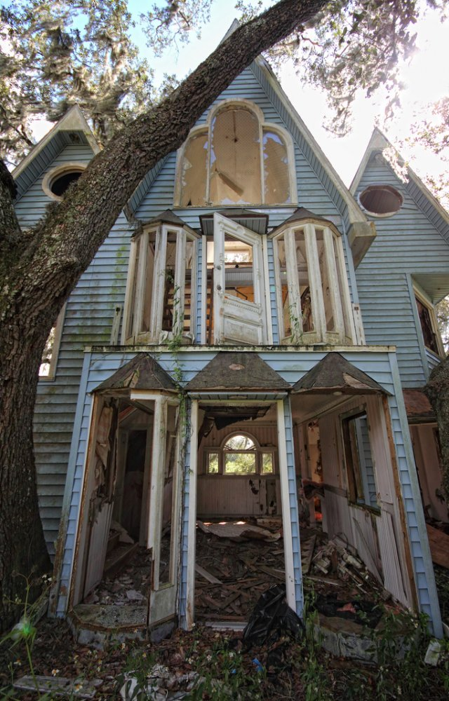 Abandoned-victorian-treehouse